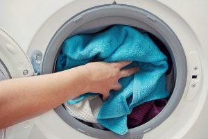 Máy Giặt Bị Cặn Bẩn Bám Vào Quần Áo Và Cách Khắc Phục